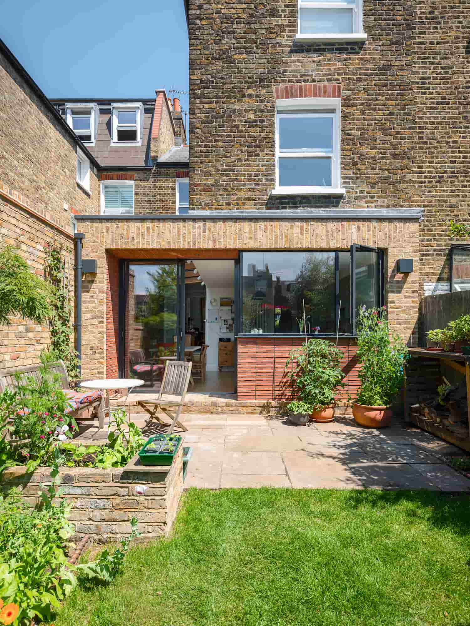 Cosy kitchen extension with well kept garden